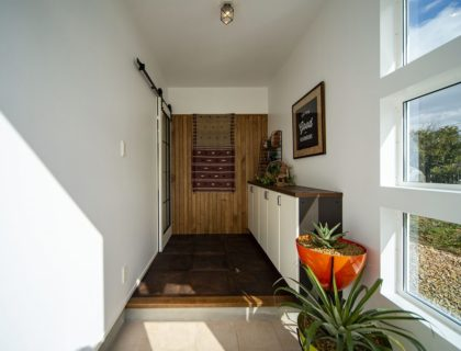 「玄関」白を基調とし、光が差し込む